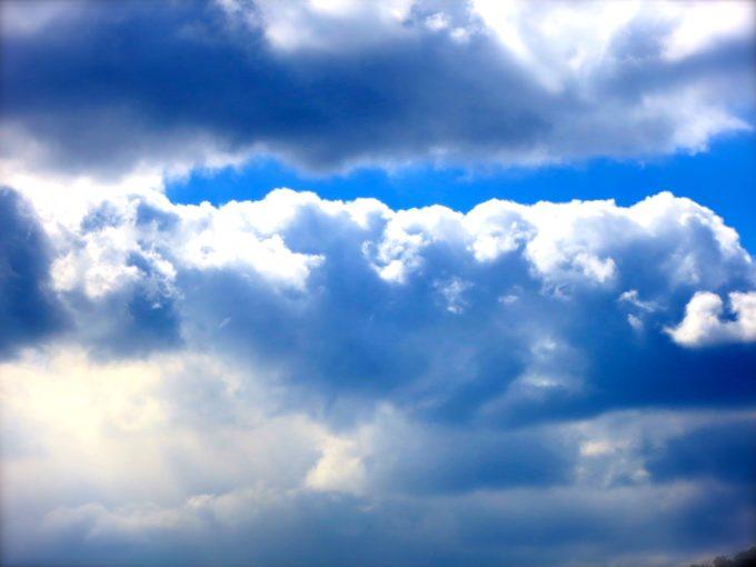 コントラストが美しい空と雲の写真