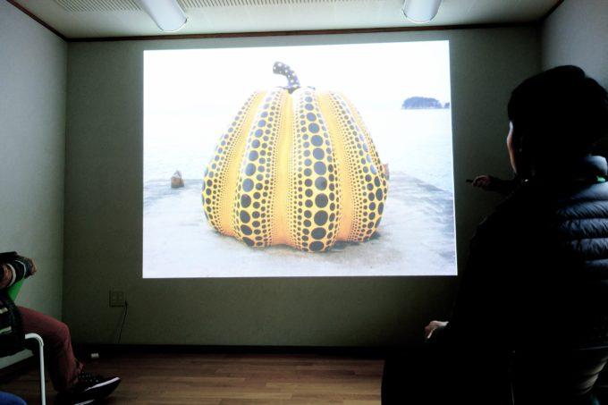 プロジェクターに投影された直島の黄色かぼちゃのオブジェ