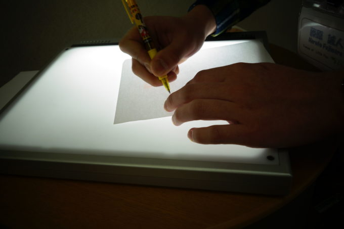 専用の紙を使いながら丁寧に転写していく様子