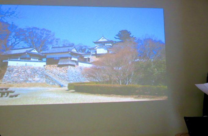 プロジェクターに投影された岡山城の画像