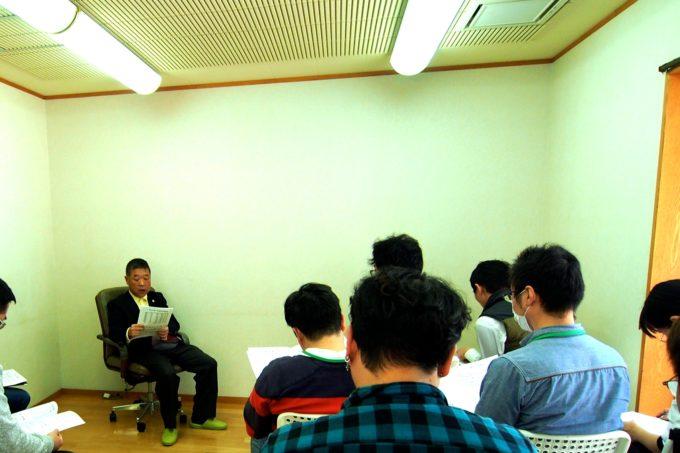 研修生の前で話をすめ田中先生