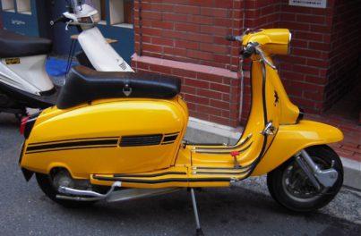 代表が以前に乗っていた黄色のスクーター