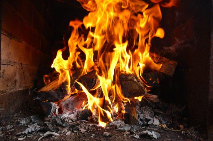 窯に巻きを入れて火をつけた様子