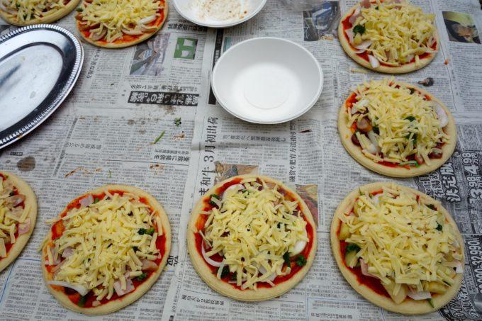 様々な具材を乗せた手作りピザ