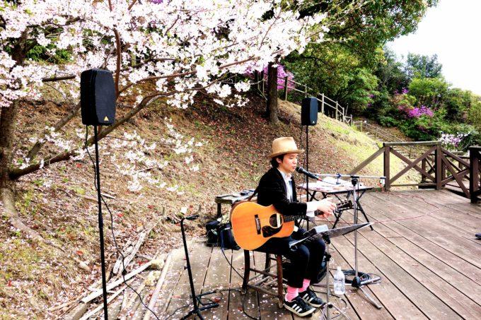 真剣な表情でギターを演奏する植田さん
