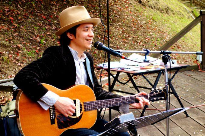 笑顔で歌うシンガーソングライターの植田さん