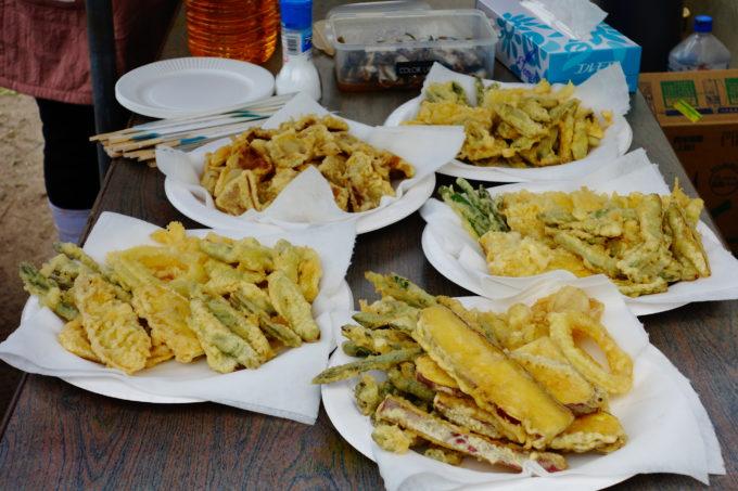 たくさんお皿に盛り付けられた野菜天ぷら