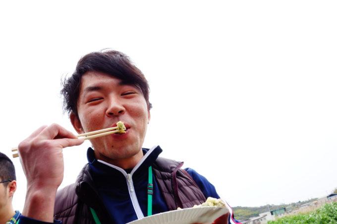 野菜天ぷらを頬張る男性スタッフ