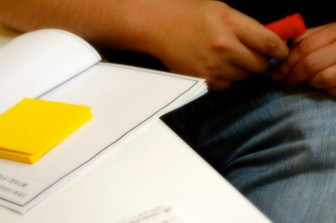 メモ帳を開いてペンを持っている研修生