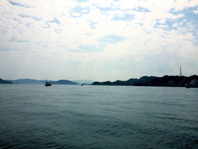 直島沖合の船上から撮影した瀬戸内海