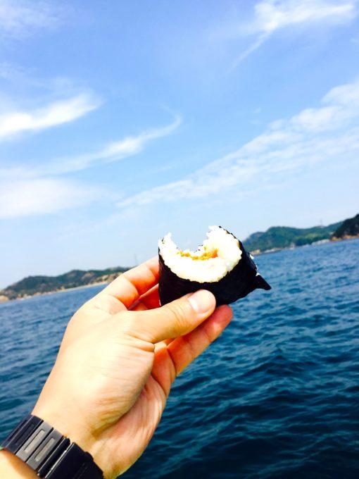 船上で食べるおにぎり