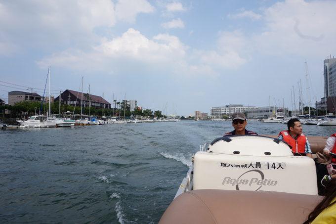 船に乗って船上クルーズを楽しむ施設長