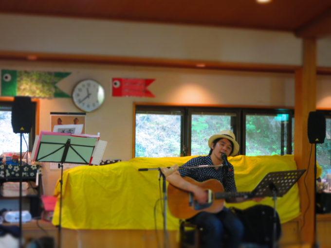 ギターを演奏しながら歌うシンガーソングライターの植田章敬氏