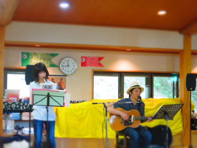 植田さんと一緒にピアニカを演奏する女性スタッフ