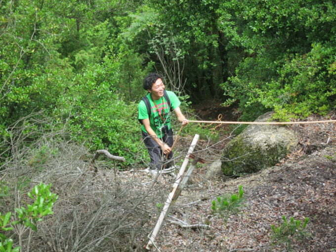 急勾配をロープを使い上る施設長