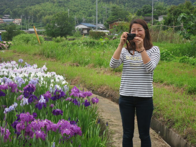 笑顔で写真をとる女性スタッフ
