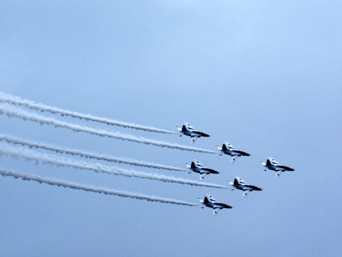 空を飛ぶブルーインパルス