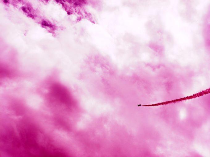 赤色の煙を出しながら飛行するブルーインパルス