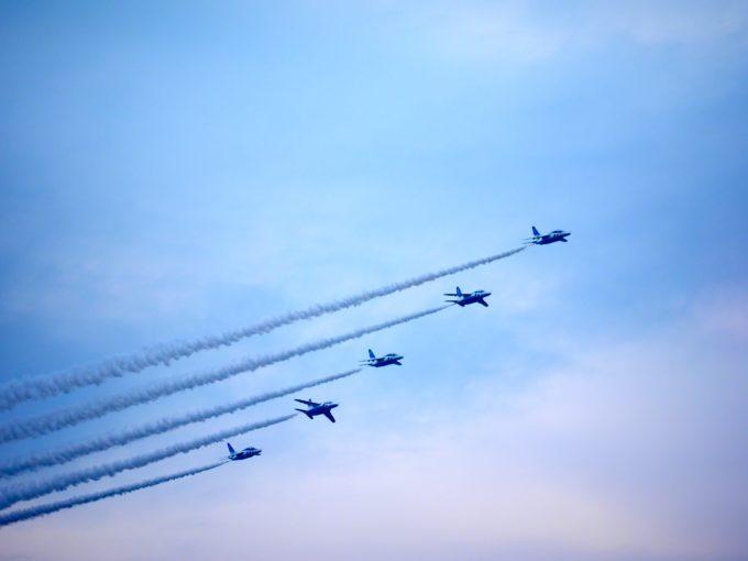 綺麗な隊列を組んで飛行するブルーインパルス