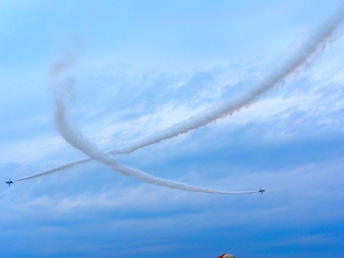 ハートマークを描きながら飛ぶブルーインパルス