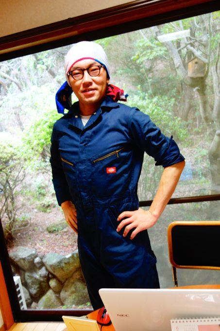 青い作業服姿の男性スタッフ