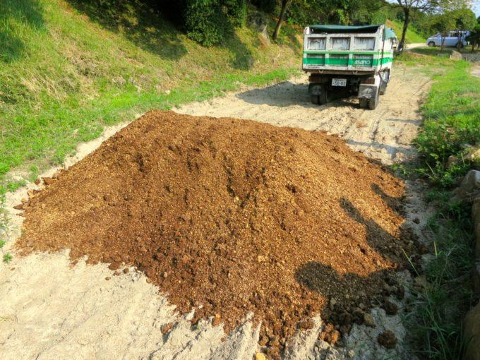 大きなダンプカーが運んできた堆肥