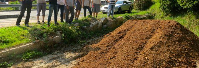 盛られた堆肥を見るLittle Plus KOMU PROJECT創設メンバー