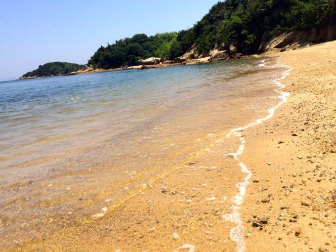 綺麗な波が押し寄せる海岸