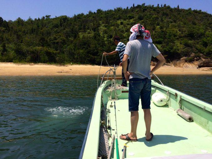 船を係船する施設長と男性