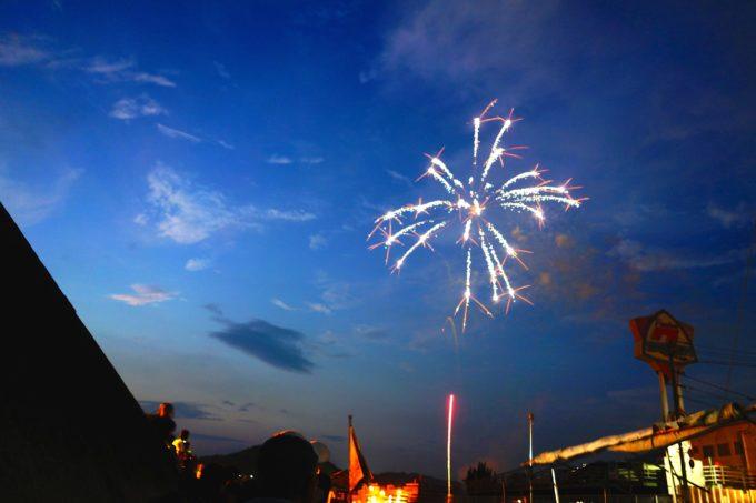 空に上がった一凛の花火