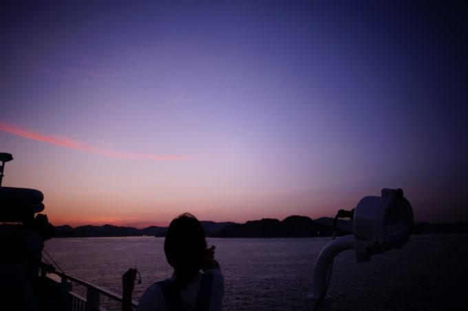 フェリーの屋上から見る瀬戸内海の朝焼け
