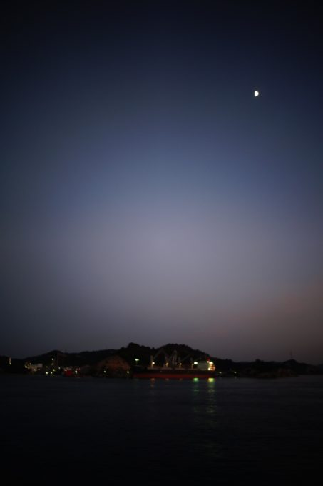 夜の直島を撮影した様子
