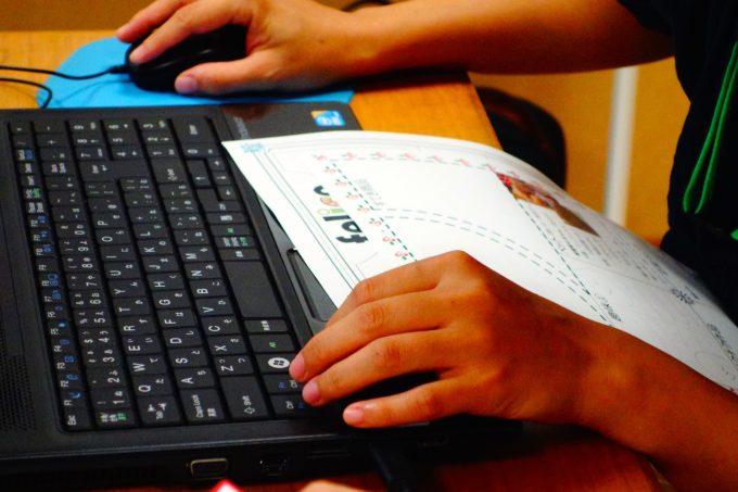資料を基にパソコンを操作する研修生