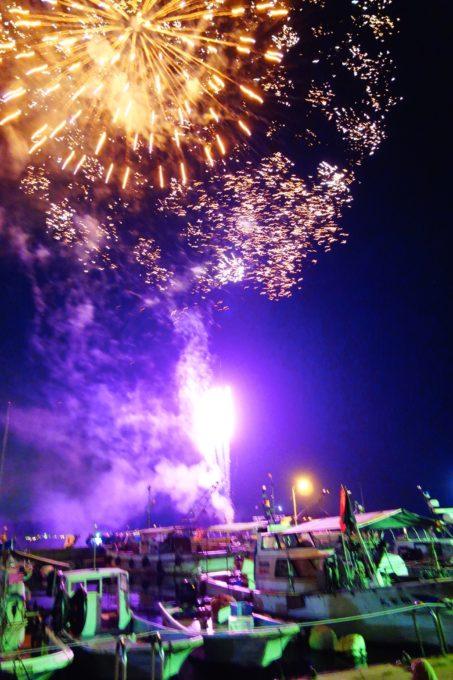 石島前の海からあがる花火