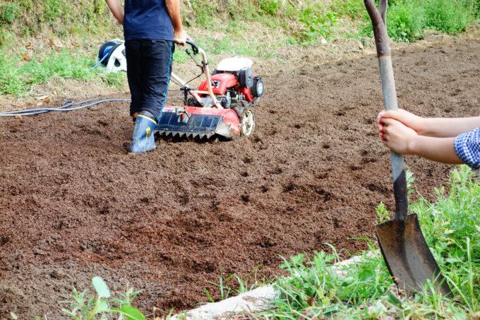 農機具を使い耕された畑