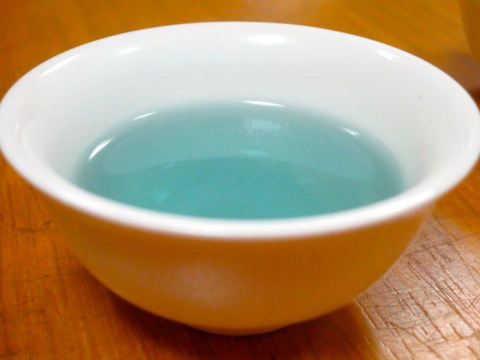 白い茶器に淹れられた水色のお茶