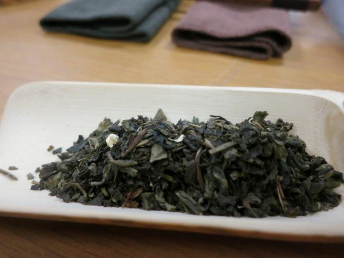 お皿に盛られた中国茶葉
