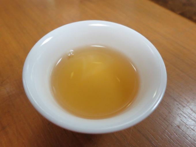 白い茶器に淹れられたお茶
