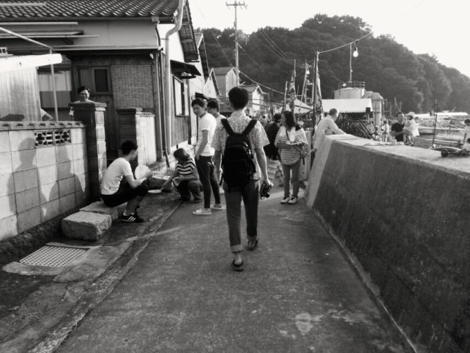 石島の漁港で集まる研修生