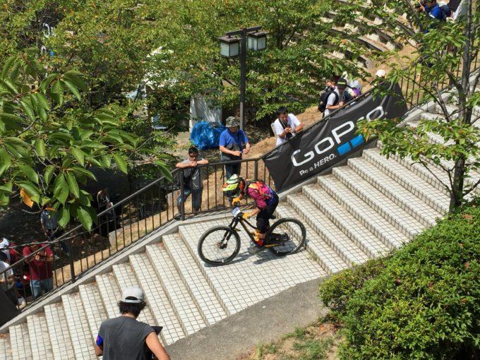 階段を専用自転車でおりるレーサー