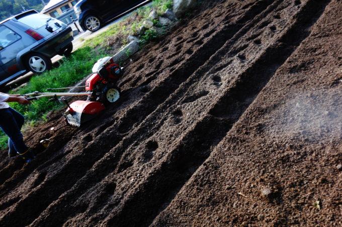 農機具を使い畑を耕す様子