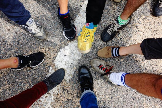色々な靴を履いた足元を映した様子