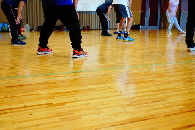 体育館でチームに分かれてソフトバレーボールを行う研修生