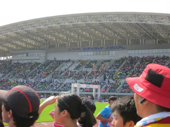 スタジアムに集まった大勢の人