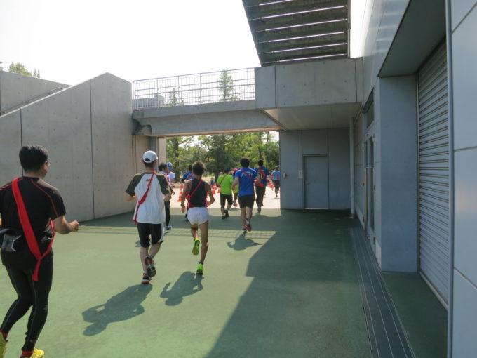 スタジアムの出口に向かって走る多くのランナー