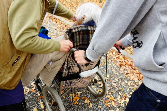 車いすの女性を介助する女性