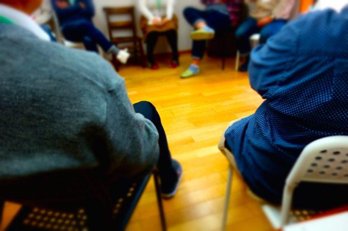 椅子に座り輪になって語る様子