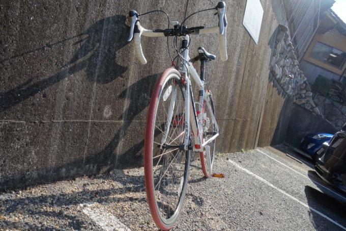 壁にもたれかけたロードバイク