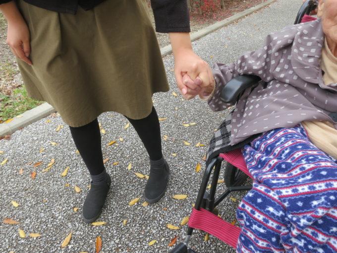手をつないで散策する女性