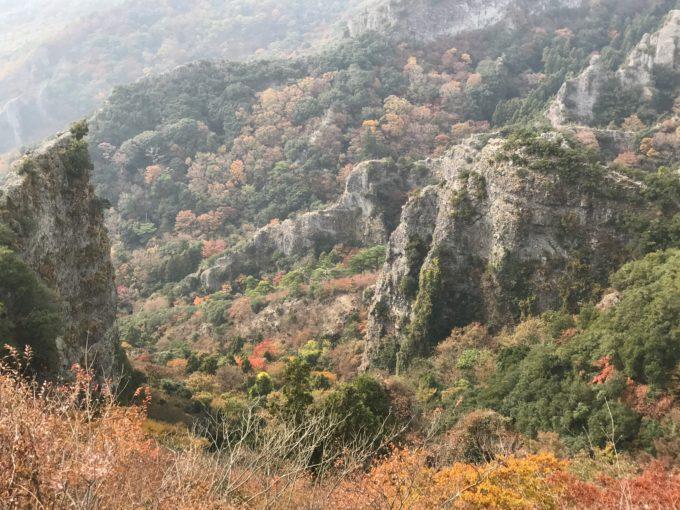 徐々に紅葉が広がる山